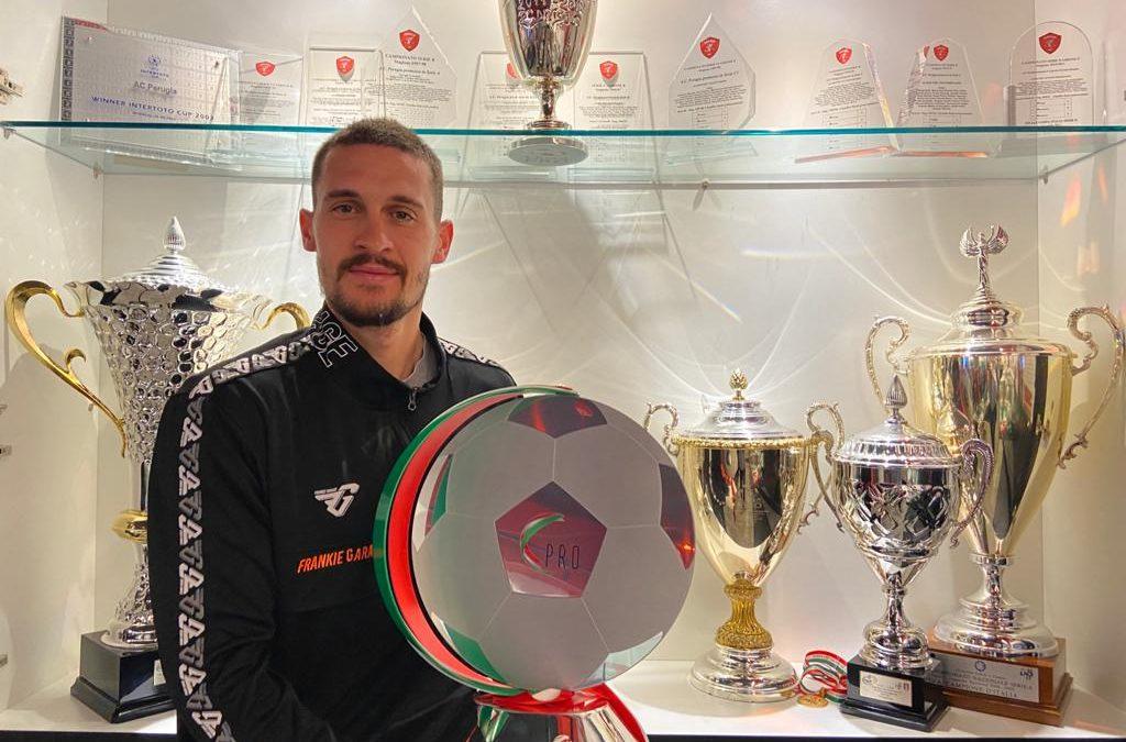 Il trofeo della Lega Pro nella bacheca del museo
